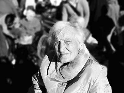 Eenzame oudere vrouw